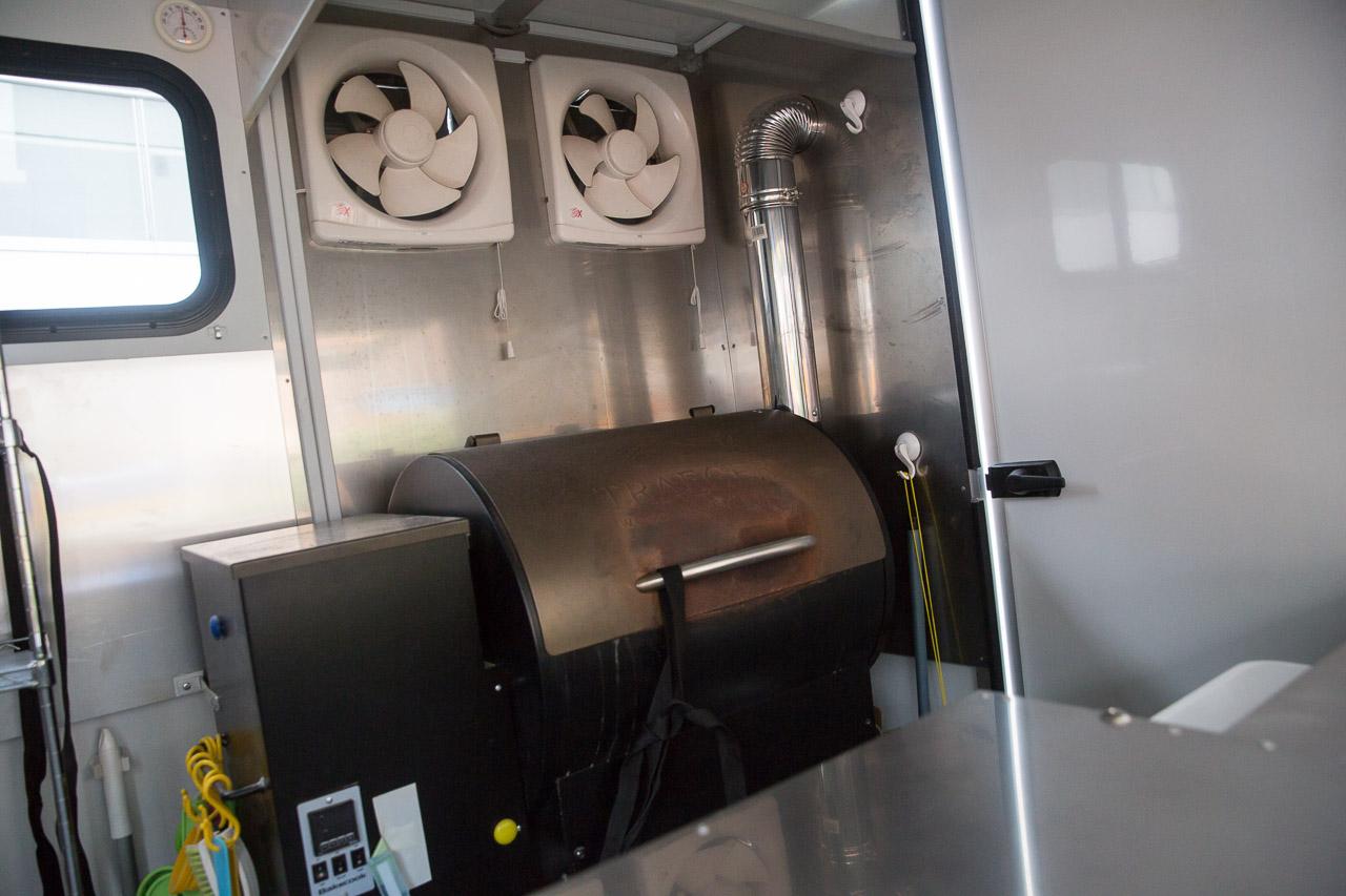 2017年11月の試食見学会でピザキッチンカー(移動販売車)の中