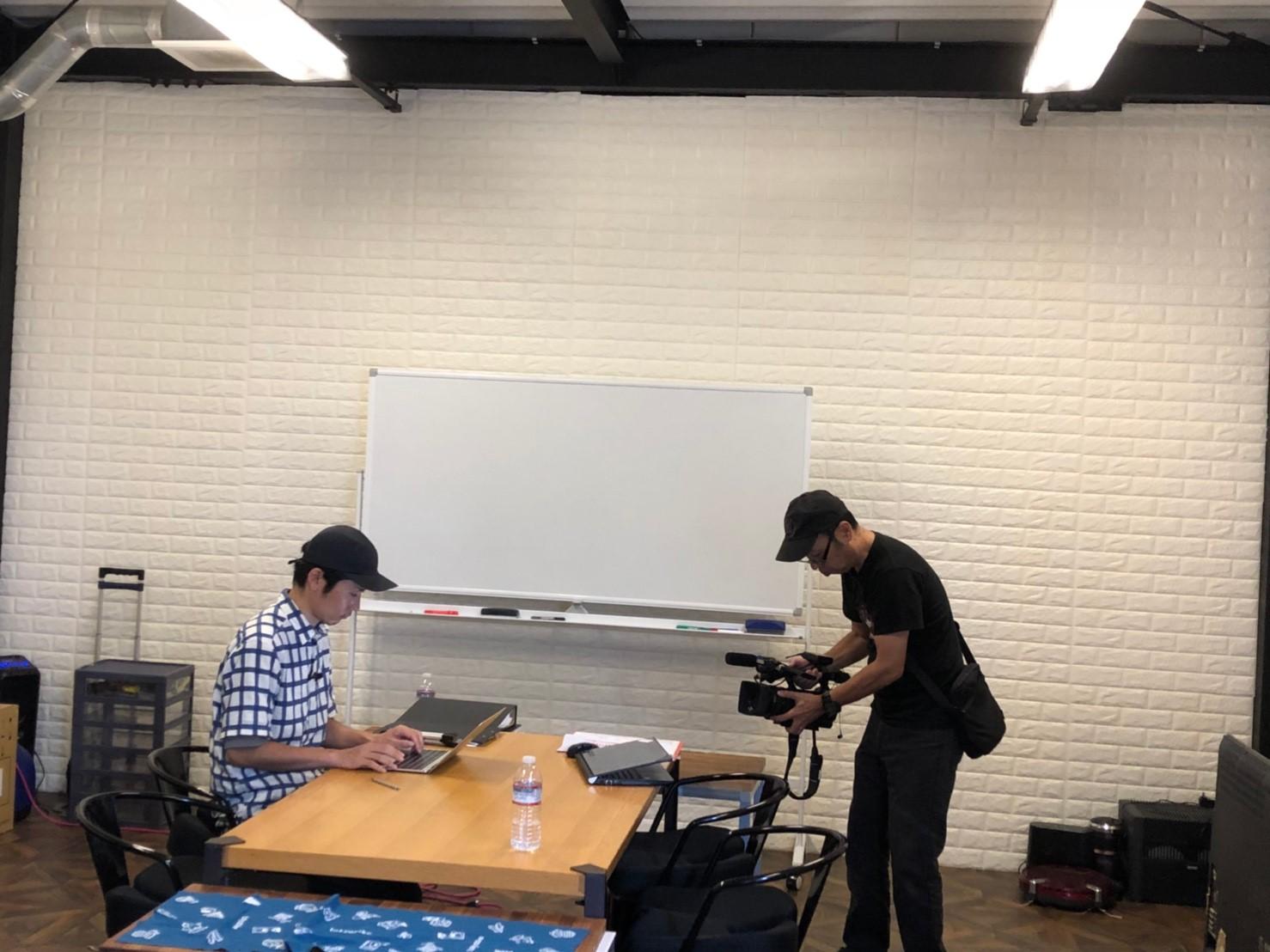 中目黒のオフィスでの作業風景の取材に応じる代表の浅葉