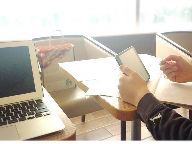 キッチンカーの動画セミナーで勉強する様子
