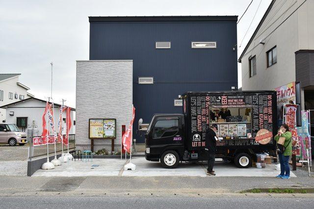 無人モデルハウスの現場にキッチンカーが買取出店