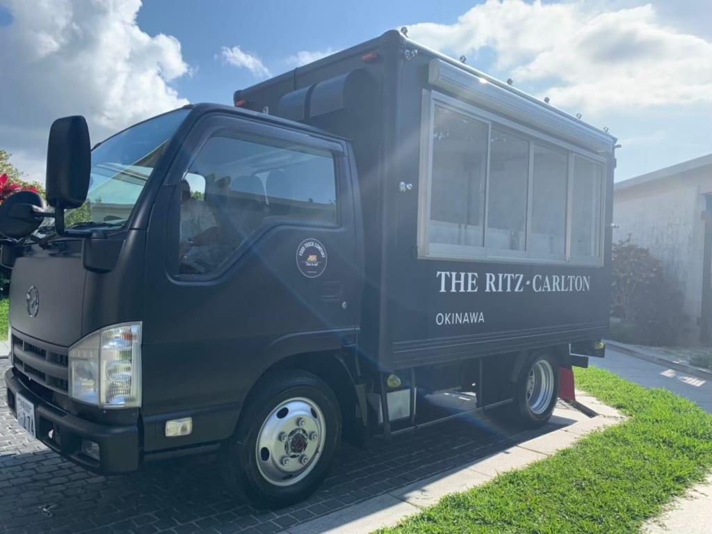 リッツ・カールトン沖縄のマッドブラック基調のキッチンカー