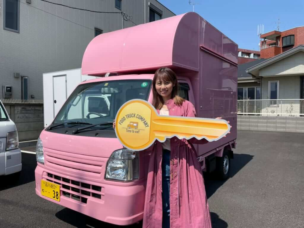 ピンクのボディが可愛いキッチンカー